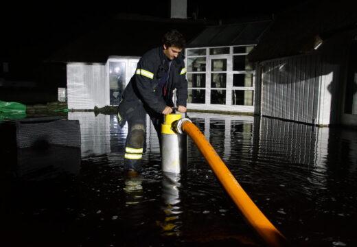 Frivillige pumpede vand væk i flere dage fra et oversvømmet sommerhusområde ved Vejers i Vestjylland i november 2019. (Foto: Kristian Baggesgaard)