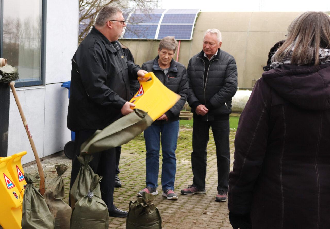 På Bo Vandsikkert-kurset den 1. februar i Korsør underviste Jørgen Hansen (tv) og Marianne Kristiansen knap 20 borgere i at fylde og bruge sandsække og på andre måder mindske skaderne ved oversvømmelse.