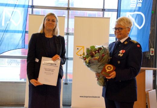 Forsvarsminister Trine Bramsen overrækker ministeriets frivilligpris til Marianne Kjær
