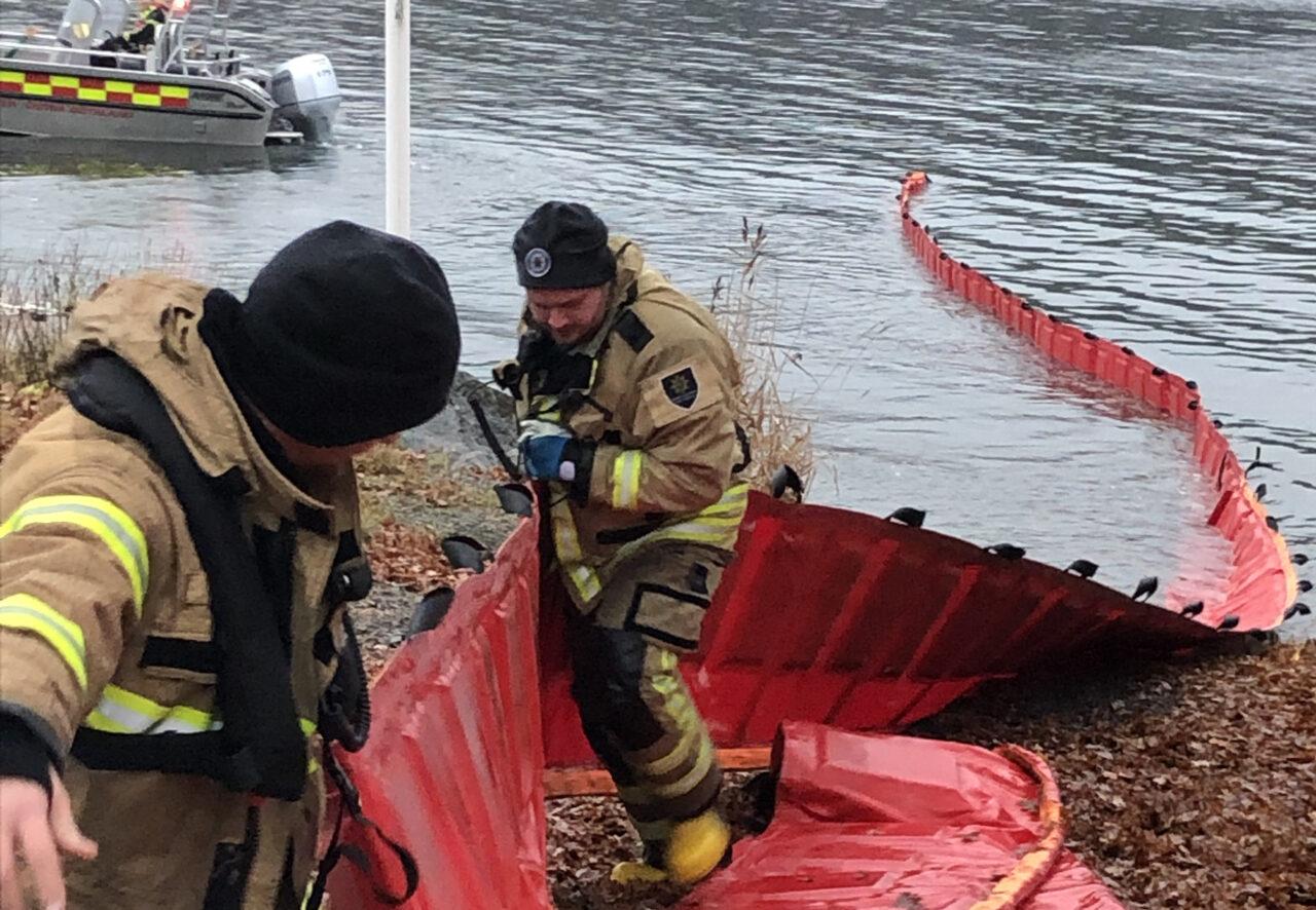 Øvelsen og konferencen på Fanø er en del af Beredskabsforbundets deltagelse i det EU-støttede OIL SPILL-projekt i Østersø-området. På billedet udlægges flydespærringer under en olieudslips-øvelse i den svenske skærgård i november 2019, hvor Beredskabsforbundet var med som observatør.