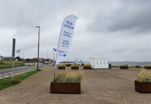 Flag på havnen i Nordby reklamerer for udstilling og øvelse