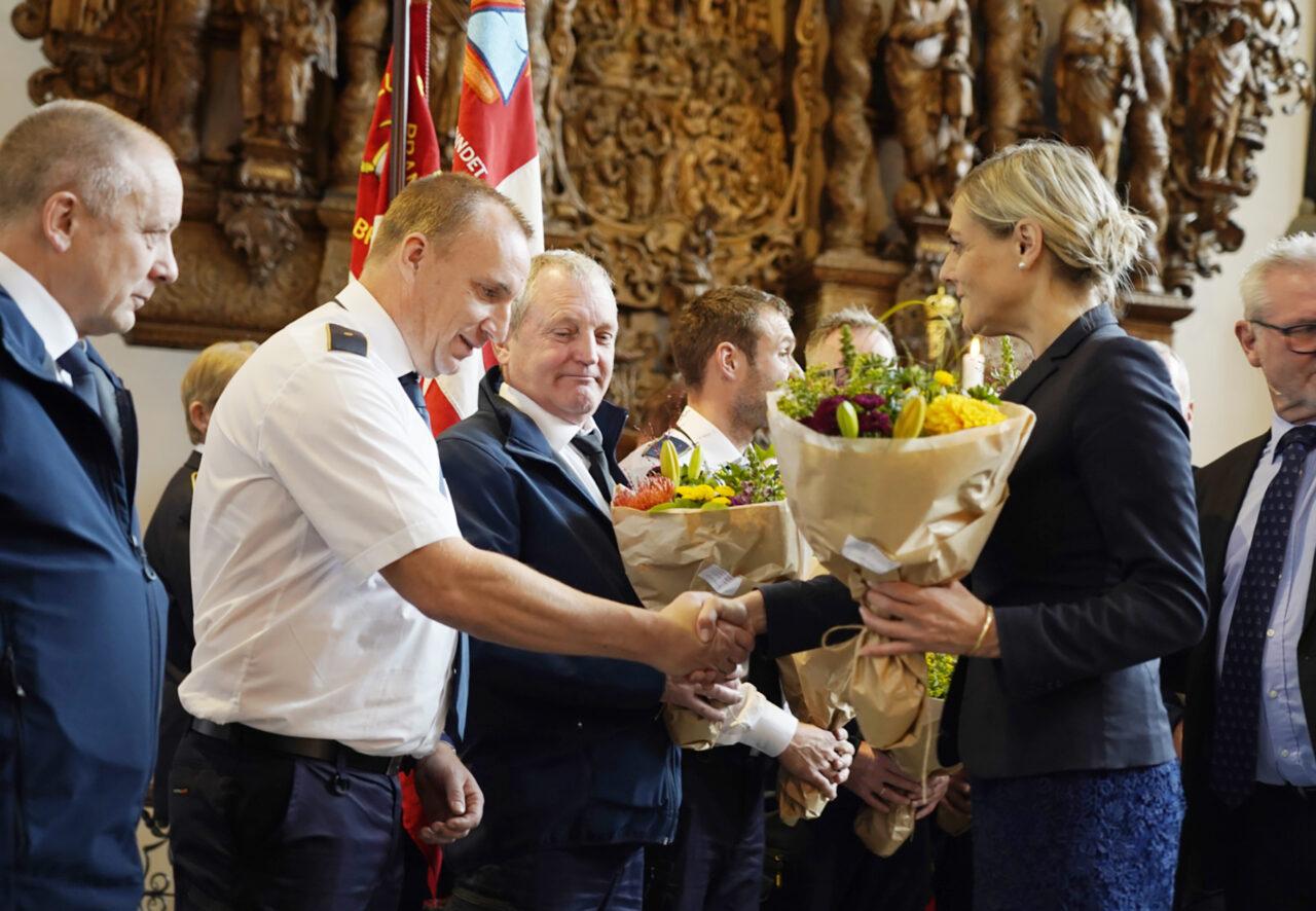 Forsvarsminister Trine Bramsen (S) overrakte diplomer og blomster til prismodtagerne i Holmens Kirke, assisteret af Jan Johansen, formand for priskomiteen og præsident for Beredskabsforbundet.